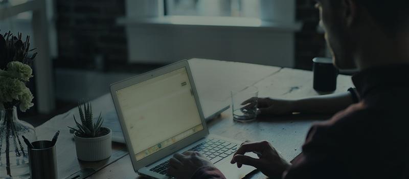 Abrir conta poupança online - Homem mexendo no computador